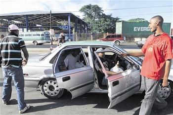 choferes-sacan-por-la-fuerza-a-los-pasajeros-de-vehiculos